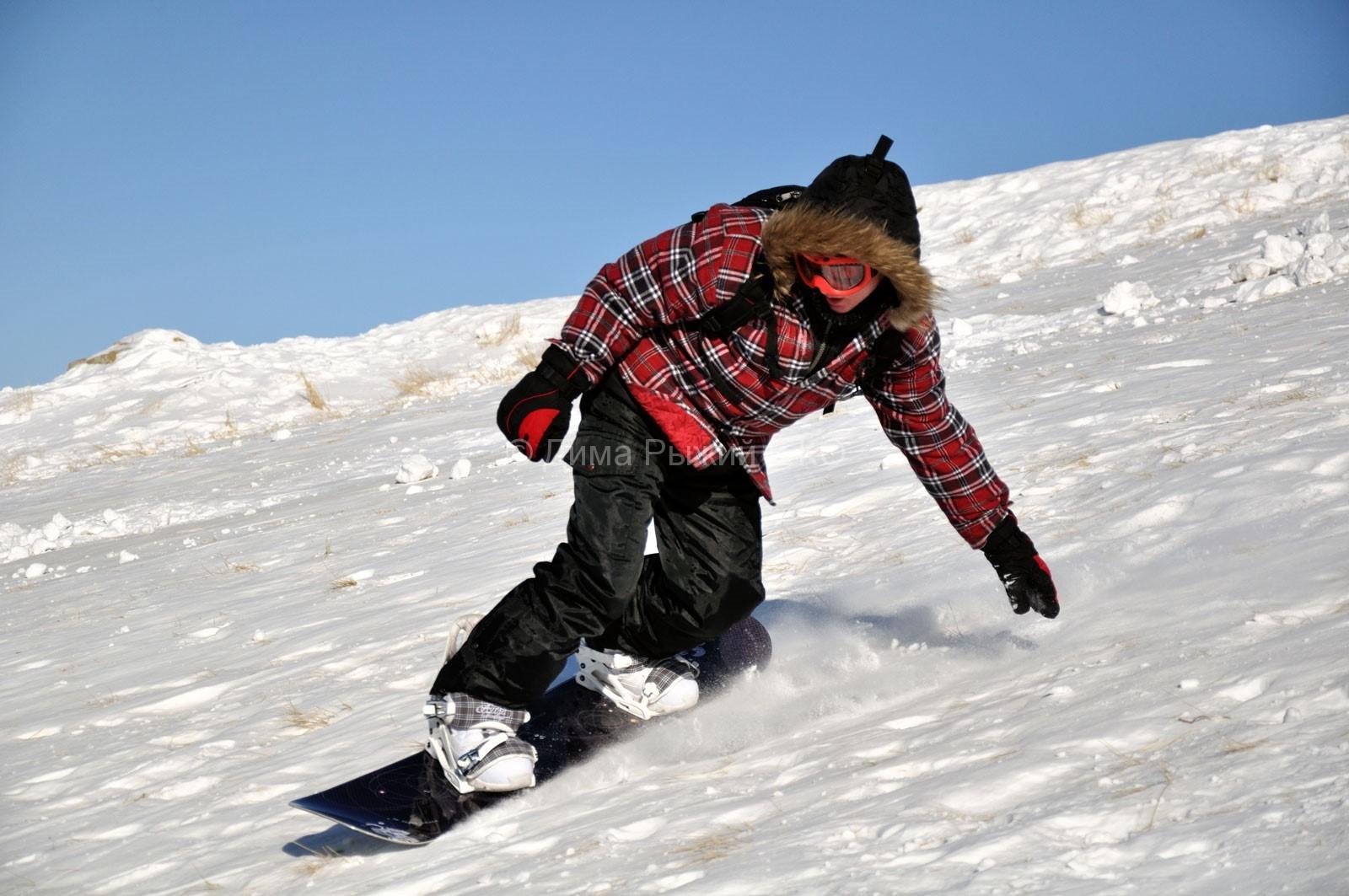 Сноубордист спускается по склону